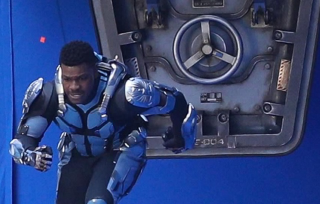 John Boyega flees a fallen Jaeger in new Pacific Rim 2 set photos!