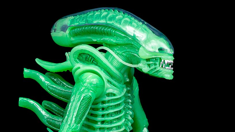New glow-in-the-dark Alien figure by NECA unveiled!