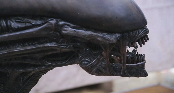 Adam Savage close up look at the Xenomorph Animatronic from Alien:Covenant